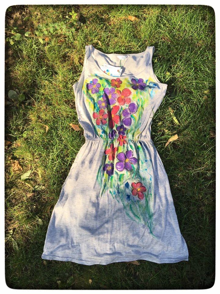 Rochie din vascoza pictata manual. Culorile sun non-toxice, pe baza de apa, rezistente la lumina si spalat.