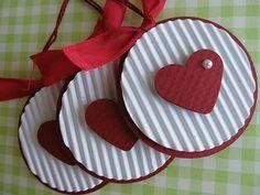 Aprovecha la llamativa textura del cartón corrugado para crear unos bellos adornos para el árbol navideño. Existe una gran variedad de color...