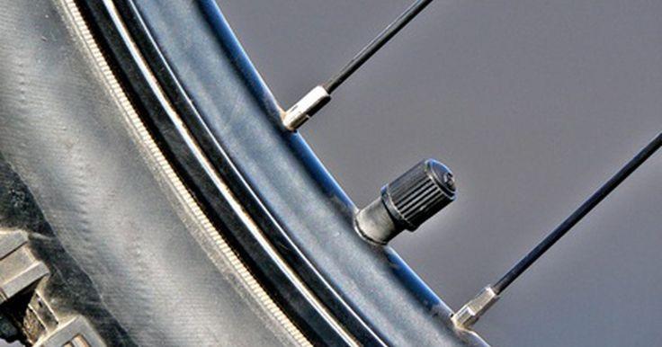 Presión recomendada para los neumáticos de 26 pulgadas (66 centímetros) de una bicicleta. La mayoría de los neumáticos tiene una amplia gama de presiones aceptables. El mecánico de bicicletas, ciclista y escritor fallecido Sheldon Brown, dijo que estas presiones no se basan en la capacidad real de la llanta. Más bien son un compromiso entre el deseo de comercializar neumáticos de alta presión, ya que los consumidores a menudo asumen ...