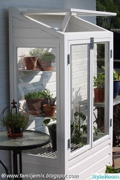 Hemmabyggt växthus till vår balkong. Efter att ha sett ett liknande miniväxthus på tv-programmet Bygglov har tanken funnits där. Hasselfors Garden säljer dem för ca: 7000:-    Fick tag på gamla fönster och så var projektet igång.  . Vårt egensnickrade odlingsvitrin eller balkongväxthus är nu helt...