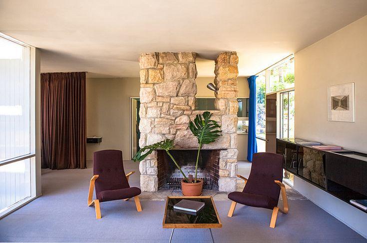 Жилая комната с камином и креслами-кузнечиками Сааринена.  (1950-70е,середина 20-го века,медисенчери,медисенчери модерн,средневековый модерн,модернизм,mcm,архитектура,дизайн,экстерьер,интерьер,дизайн интерьера,мебель,гостиная,дизайн гостиной,интерьер гостиной,мебель для гостиной,жилая комната) .