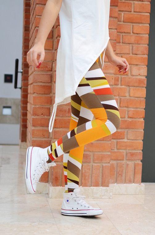 Wzorzyste legginsy o tradycyjnym fasonie. Legginsy wykonane są z wysokiej jakości dzianiny, zapewniając doskonały komfort noszenia. Modny design i niepowtarzalny wygląd podkreślą i nadadzą charakteru licznym stylizacjom.