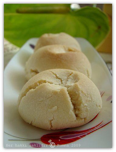 …………………. Bu kurabiyenin özelliği mutlaka margarin kullanmak zorundasınız tereyağıyla olmuyor….Tereyağı donmuyor ve haliyle kurabiye yapımındaki en önemli aşama gerçekleşemiyor. Ben Ülkerin Teremyağını tercih ettim.. Bu kadar zahmete ne gerek var diyenler için söylüyorum, normal un kurabiyesi değilde un helvası tadında.. Ne hikmetse böyle çatlıyor,ortasında pirinç patlağımı var acaba ,diye düşünmüştüm ilk tattığımda..:) Malzemeler: 250 gr …