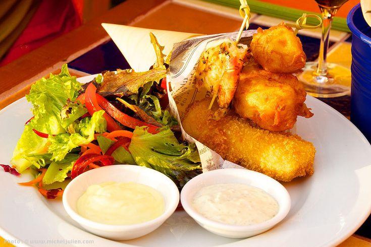 Le cornet de fruits de mer offert au restaurant La Côte. Il rassemble une grosse crevette grillée, deux pétoncles légèrement panés et un gros morceau de flétan également pané.