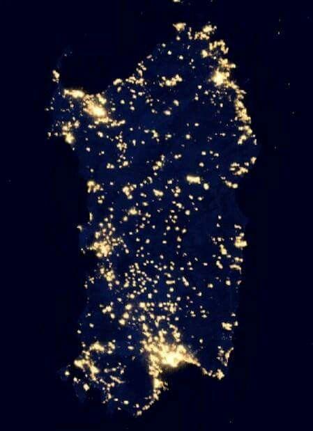 Visione notturna della Sardegna vista dal satellite