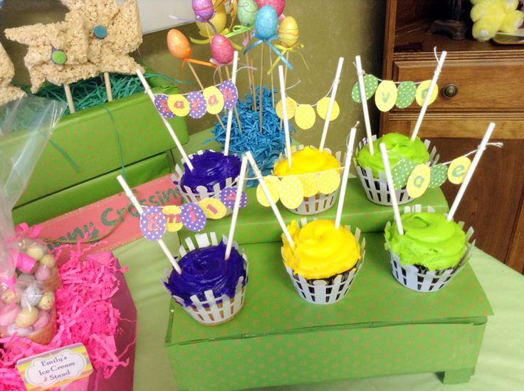 Easter cupcakes with banner