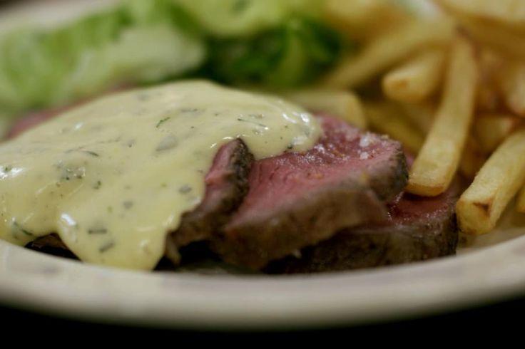 Het opzet is eenvoudig en onweerstaanbaar lekker: een stuk Belgisch kwaliteitsvlees, lekkere verse friet, sla