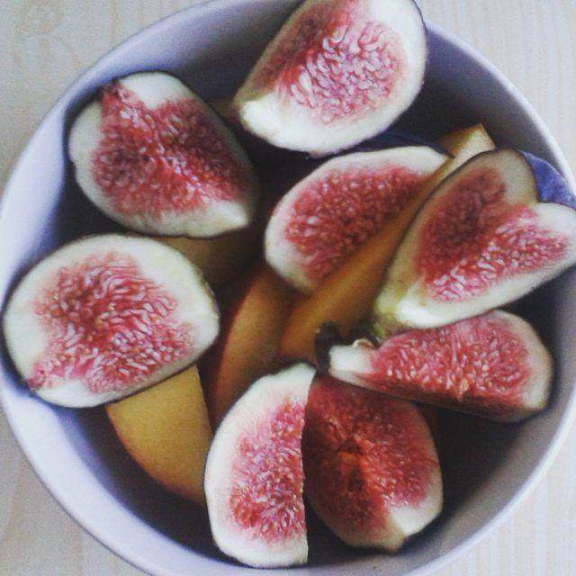 """Delicious figs z našeho soudku """"Na cestě za krásou nám nepomůže jen makeup, ale i spolupráce se zdravým a vynikajícím jídlem""""  #healthyfood# #befabulous##health#fitness#healthylifestyle#lifestyle#food#instagram"""