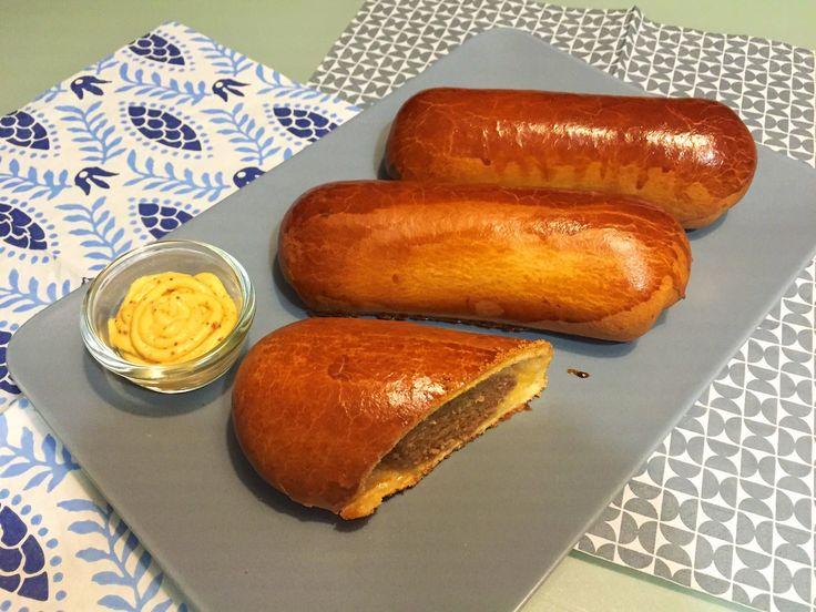 Woon je niet in Noord-Brabant en wil je toch genieten van overheerlijke worstenbroodjes dan is dit recept de oplossing. Het Brabants worstenbroodje is een typisch broodje uit de provincie Noord-Brabant. Het broodje is gevuld met een worst van gehakt. In tegenstelling tot het saucijzenbroodje is het worstenbroodje niet gemaakt van bladerdeeg, maar van zacht wit brooddeeg. Serveer er lekker wat mosterd bij of ketchup en genieten maar!