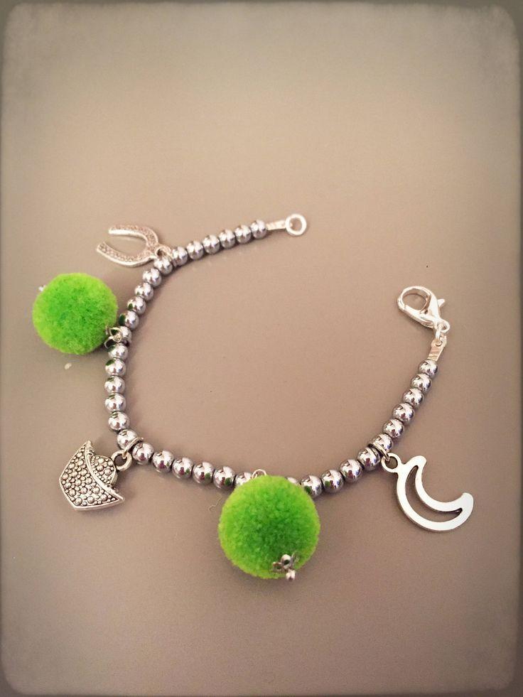 Bracciale portafortuna con ematite grigia ciondoli portafortuna, bracciale boho con ciondoli e pom pom verdi, ciondoli portafortuna di LesJoliesDePanPan su Etsy