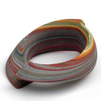 Susanne Holzinger (Duitsland) maakt kleurrijke sieraden van vele lagen verlijmd papier.