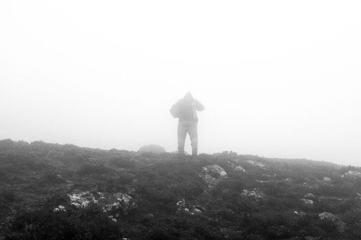 Caminante en la niebla - Acometiendo la cima para llegar hasta el bosque de niebla lluvioso que se encuentra en la otra cara de la montaña, dia de fuerte viento y niebla, como casi siempre en esta zona.
