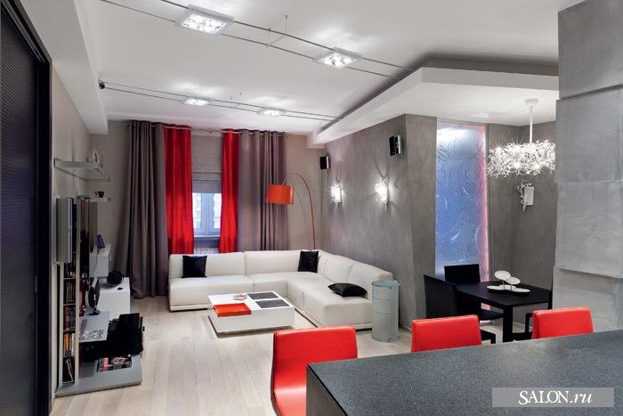 В стенах сделаны остеклённые проёмы, которые служат источником дополнительного света. Навесные потолки, стены разных толщины и наклона визуально добавляют пространству больше объёма.  Стенка под телевизор, Alivar. Обеденный стол, Ciacci Group. Стулья, Enrico Pellizzoni