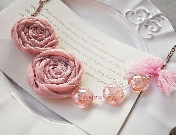 Купить или заказать Текстильное колье 'Хрустальный розовый' в интернет-магазине на Ярмарке Мастеров. По пенно-розовому морю Плывет букет. По нежно-розовому морю В сиянье дня В прозрачной розовой вуали Пришла весна.... Розовые розы часто символизируют новое начало отношений, некий намек на то чувство, которое, возможно в скором будущем, разгорится во всю силу и поразит двух влюбленных в самое сердце. Романтичный аксессуар с розовыми розочками и бусинами лэмпворк. Цена 30 евро, включая ...