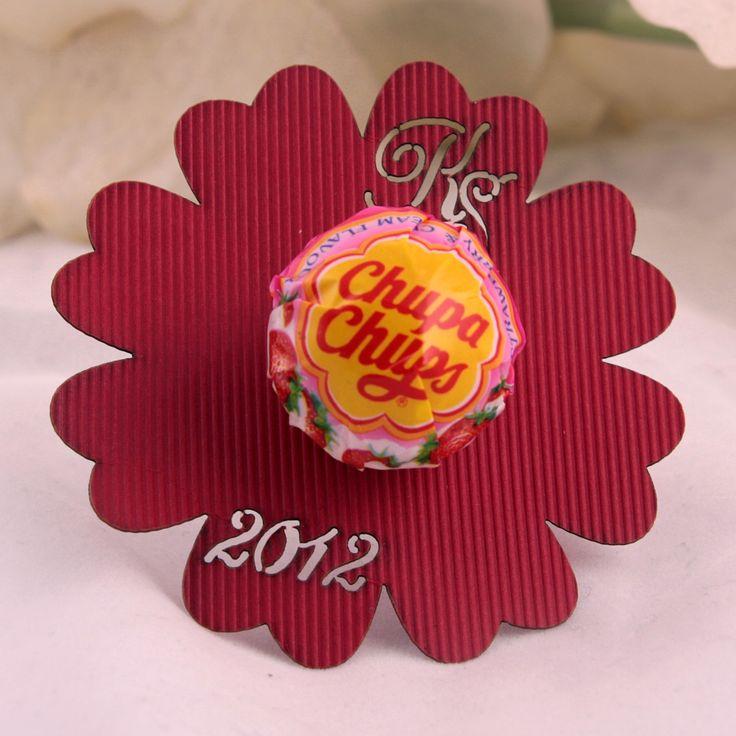 Ślubny lizak w kształcie kwiata z inicjałami Pary Młodej oraz datą ślubu.