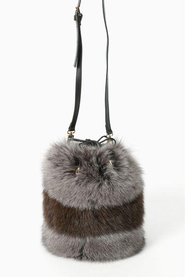 ELCOM FOXファー ボーダーミニバッグ  ELCOM FOXファー ボーダーミニバッグ 38880 2016AW FIGARO Paris コーディネートのポイントとしても最適なファーバッグ コロンとした丸みのあるフォルムがかわいらしい一点です 高品質なフォックスファーを使用しリュクス感漂います ELCOM(エレコム) イタリアの毛皮のメーカー 使用する毛皮のクオリティは高く主に北ヨーロッパ産の毛皮を使用することをモットーにしています ファーの手触りの良さ染色の美しさは高品質の毛皮イタリー製の腕の成せる技 品のある商品が特徴です