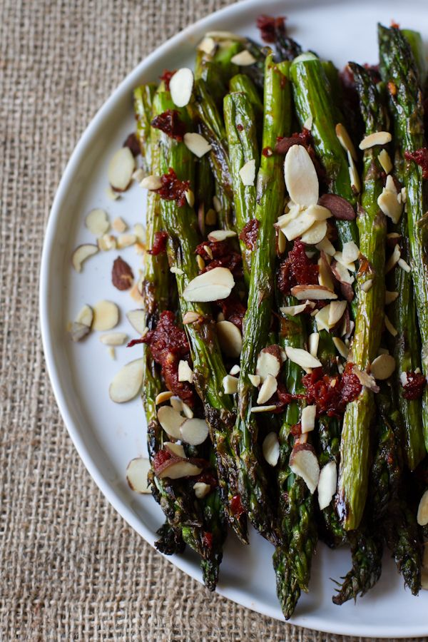 Grilled asparagus with sun-dried tomato dressing
