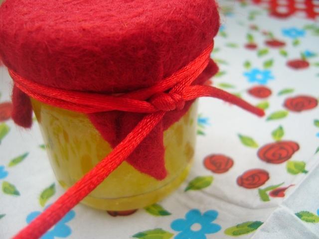 Rabarberconfituur met rozemarijn http://madamconfituur.com/confituur/confituur-van-rabarber-met-rozemarijn/