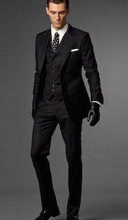 黒のスーツ×黒のグローブ×ドット柄のネクタイ