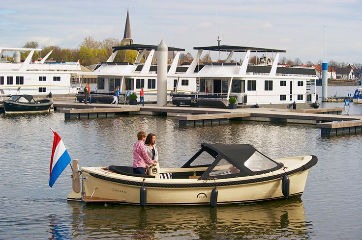 Huur je eigen sloepje om heerlijk te genieten op de Maasplassen.