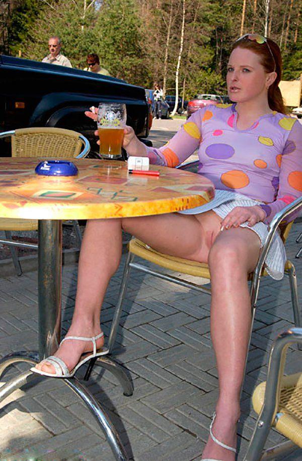 подглядывание под юбки в кафе встала