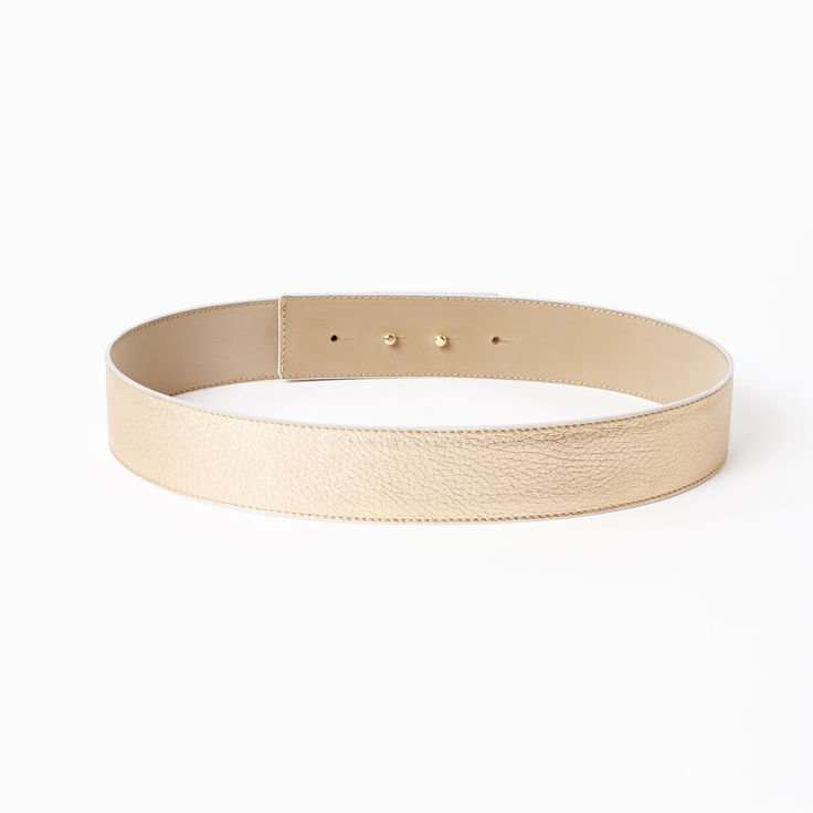 Classic belt in rose gold. This classic leather waist belt will give any piq look more glamour. The belt 's outstanding quality and beautiful workmanship is due to the wide experience of the manufacturer who has been producing leather accessories since 1977! The belt is made out of genuine Italian leather and features a hidden double button closure. It can be worn with any piq look. Choose from beautiful metallic and patent leathers.