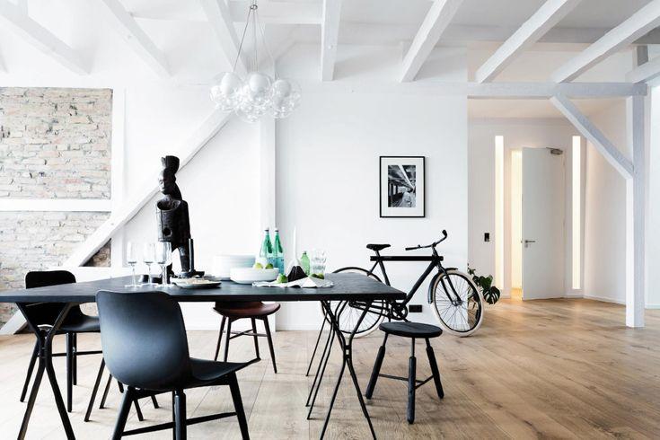 320 metri quadrati di abitazione scandita da mattoni a vista, alti soffitti, travi in legno, un design minimalista e tanta eleganza che ...