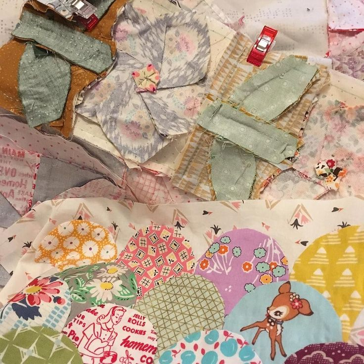 one and a half more seams to go! Soothing sewing after watching the political debate  58/100 #100daysofsilentsewing #the100dayproject #handpiecing #handsewing #greenteaandsweetbeans #jenkingwelldesigns #quilting #clamshells #wonderclips #onestitchatatime #slowsewing #wipwednesday