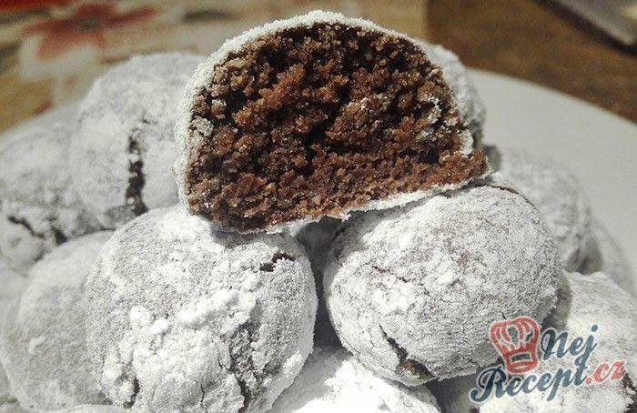 Velmi chutné buchtičky, které jsou obalované v moučkovém cukru. Vhodné na příchozí svátky ke kávičce. Tyto buchtičky se nazývají i Crinkles. Uvnitř jsou šťavnaté, pořádně čokoládové a při pečení vám krásné popraskají a vytvoří tak úžasný vzhled. Autor: Triniti