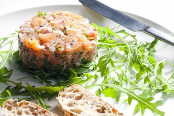 Probieren Sie dieses leckere Rezept für Lachstartar auf Rucola 88 kcal. Jetzt auf KiloCoach ansehen und nachkochen