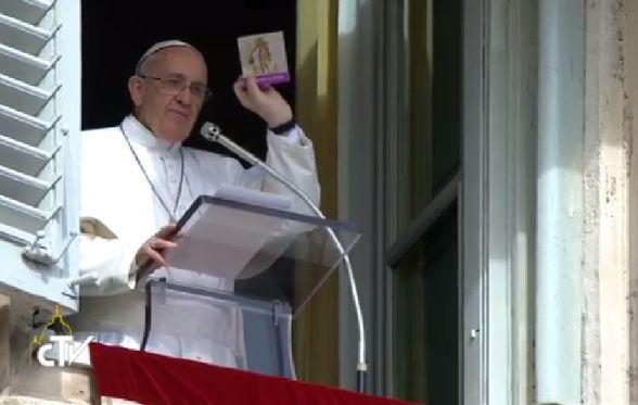 Il tascabile donato da Francesco ai fedeli in piazza san Pietro per l'Angelus - Custodire il cuore
