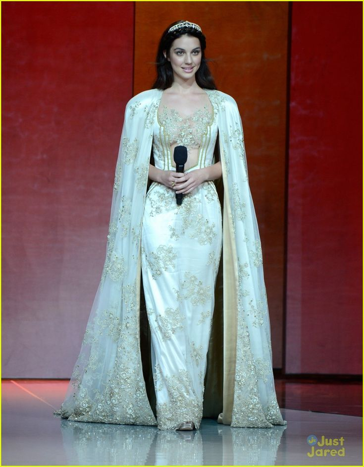 Cast events adelaide kane and reign for Reign mary wedding dress