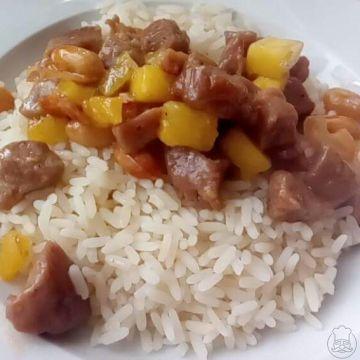 Vepřové s arašídy a ananasem podávané s rýží - Zvláštní kombinace,ale velmi chutná