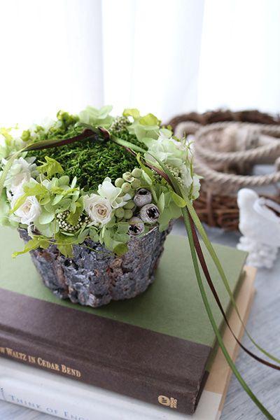 【コケのリングピロー】切株のようなナチュラルな器を使ったリングピロー Ring pillow, Moss http://www.fleuriste-glycine.jp/