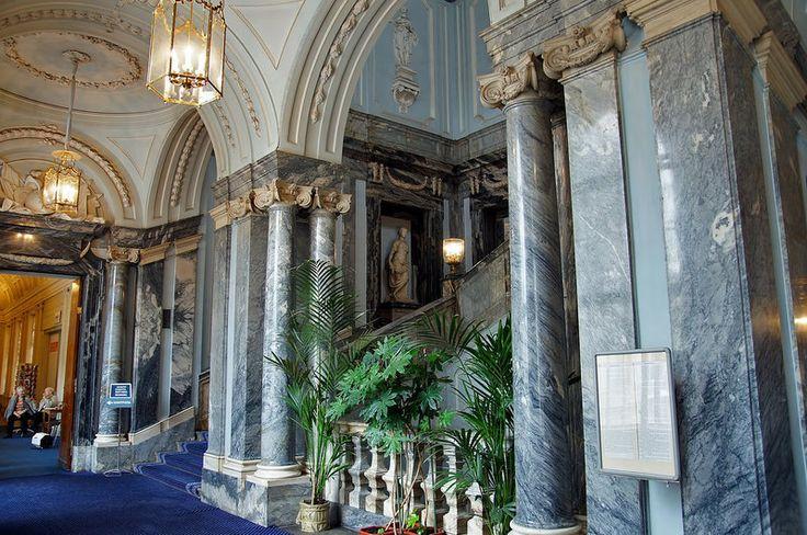 Парадная лестница Мраморного дворца выполнена по проекту Ринальди из мрамора серо-серебристых оттенков. Скульптурное убранство лестницы выполнено Федотом Шубиным: в нишах размещены мраморные скульптуры: «Ночь», «Утро», «День», «Вечер», Осеннее и Весеннее равноденствие.