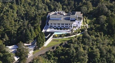 Recommendation of the week: Auckland's Waitakere Estate This luxury accomodation is nestled on a ridge high above 70 acres of native forest in the Waitakere Ranges Regional Park.  photo by: Heritagehotels(dot)co(dot)nz  Fore more info, please visit our twitter/facebook page Twitter: @LuxuryNZ_ID Facebook: Luxury NZ Indonesia #LuxuryNZid
