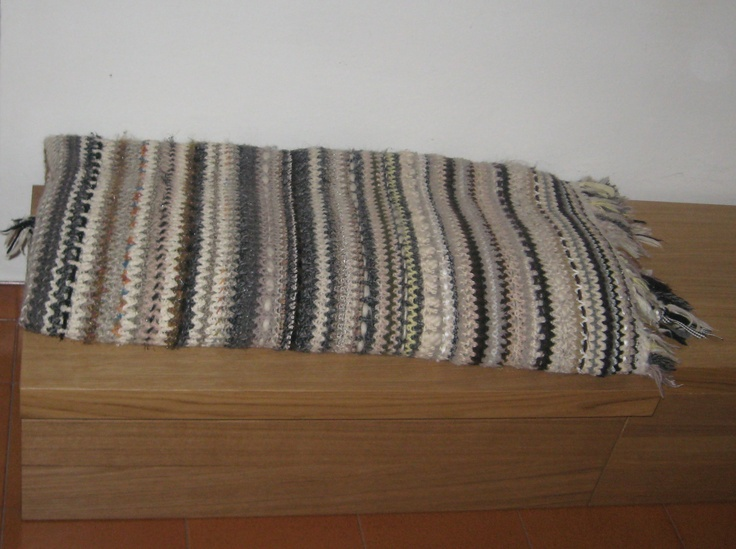 Filati bianchi e neri per una coperta intessuta con nastri e frange