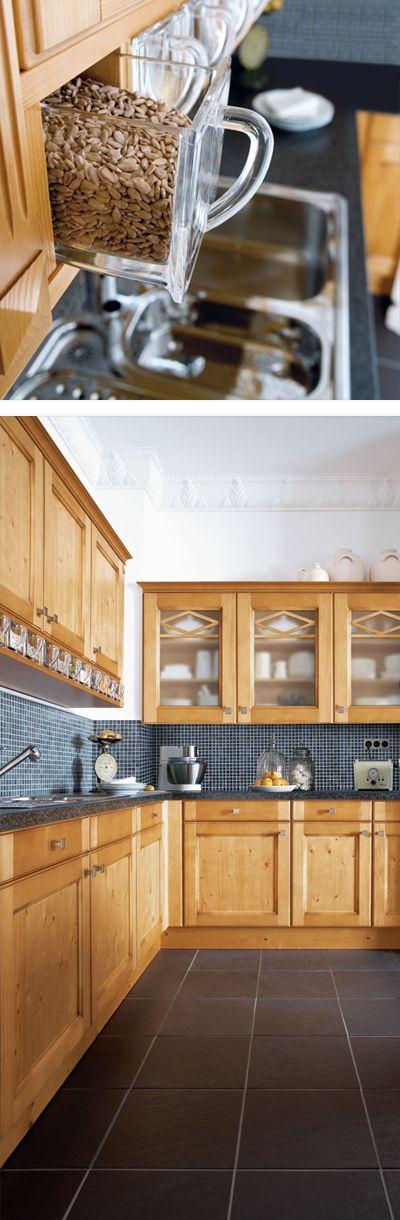 Holzküche mit praktischen Gewürz-Behältern