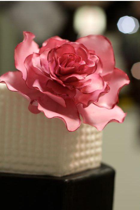 Сахарные цветы на свадебных тортах