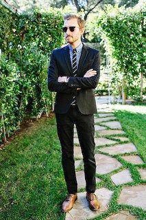 黒のスーツ×ブルーのシャツ×茶色の革靴