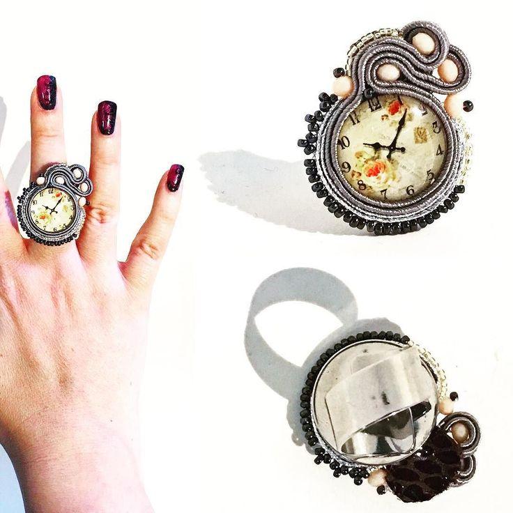Fantastico anello a fascia regolabile in soutache con cabochon a quadrante di orologio. Subito disponibile per info contattami! . . . #archidee #becreative #bepositive #soutache #soutachejewelry #soutachemania #soutaches #handmade #handmadejewelry #supporthandmade #madeinitaly #rings #anelli #fashionjewelry #instajewelry #jewelgram #fashiongram #fashionista #jewelryblogger #ootd #outfit #instastyle #fashiondiaries #bohochic #jewelryporn #onsale #artisanjewelry #lookoftheday