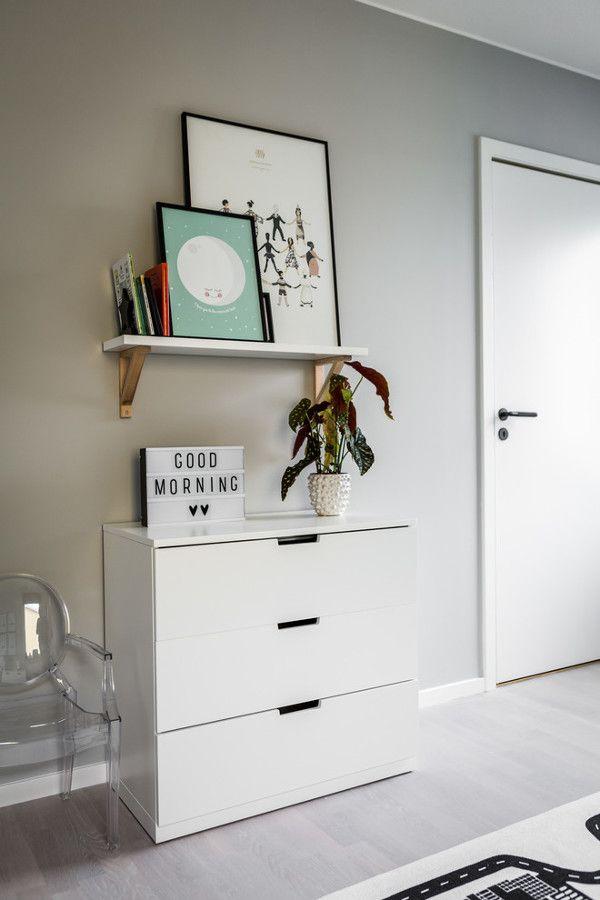 Mobiliario recibidor / Salón en gris y colores / Base gris y toques de color en este elegante apartamento #hogarhabitissimo #chic