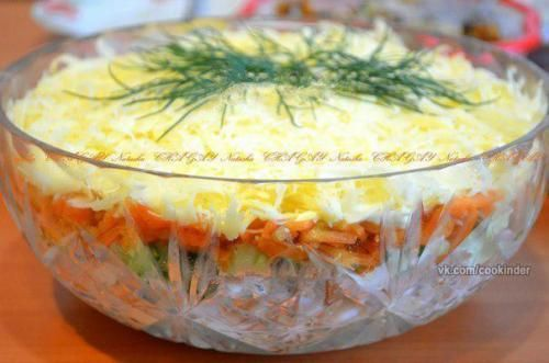 Салат с копченой курицей, корейской морковью и огурцом ...