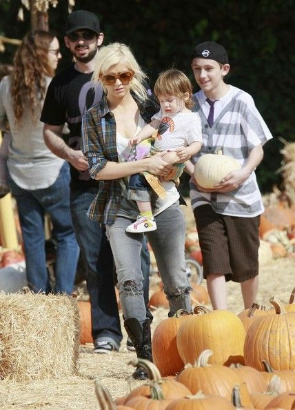 Christina Aguilera Photos - Christina Aguilera and her husband Jordan Bratman take their son Max Bratman to the Mr. Bones Pumpkin Patch to get some pumpkins for Halloween in West Hollywood, CA. - Christina Aguilera Taking Her Son To The Pumpkin Patch 2