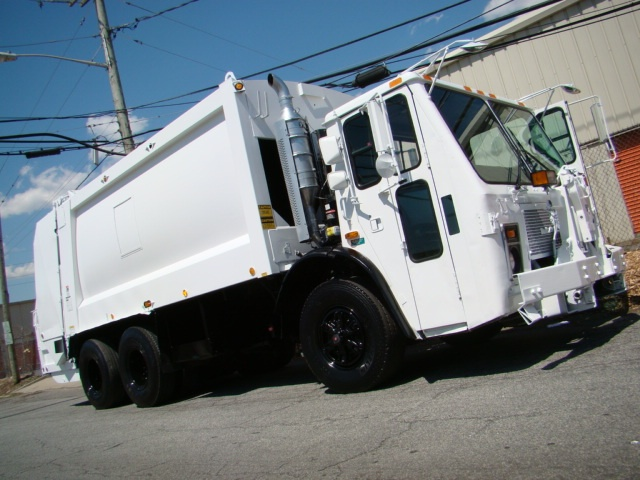 2003 Mack LE613 Refuse truck ♥ Loved and pinned by www.raymaxequipment.com