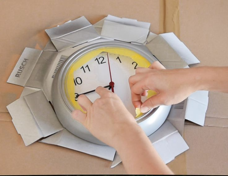 Making a cheap plastic wall clock look like it's made of metal using metallic spray paints from Pinty Plus. Clockwork 6