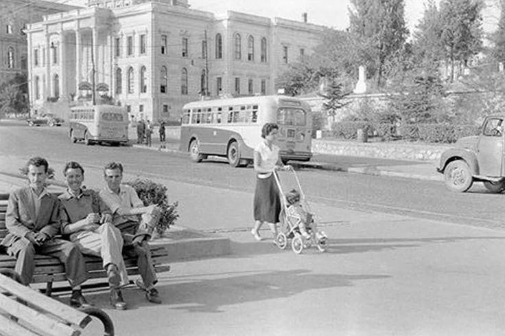 Bayıldım cadesinden insan manzaraları...Sol tarafta İTÜ binaları  ve sağ taraf Maçka Şeyhler Mezarlıgı  .. 1950 li yıllar .. .. ..