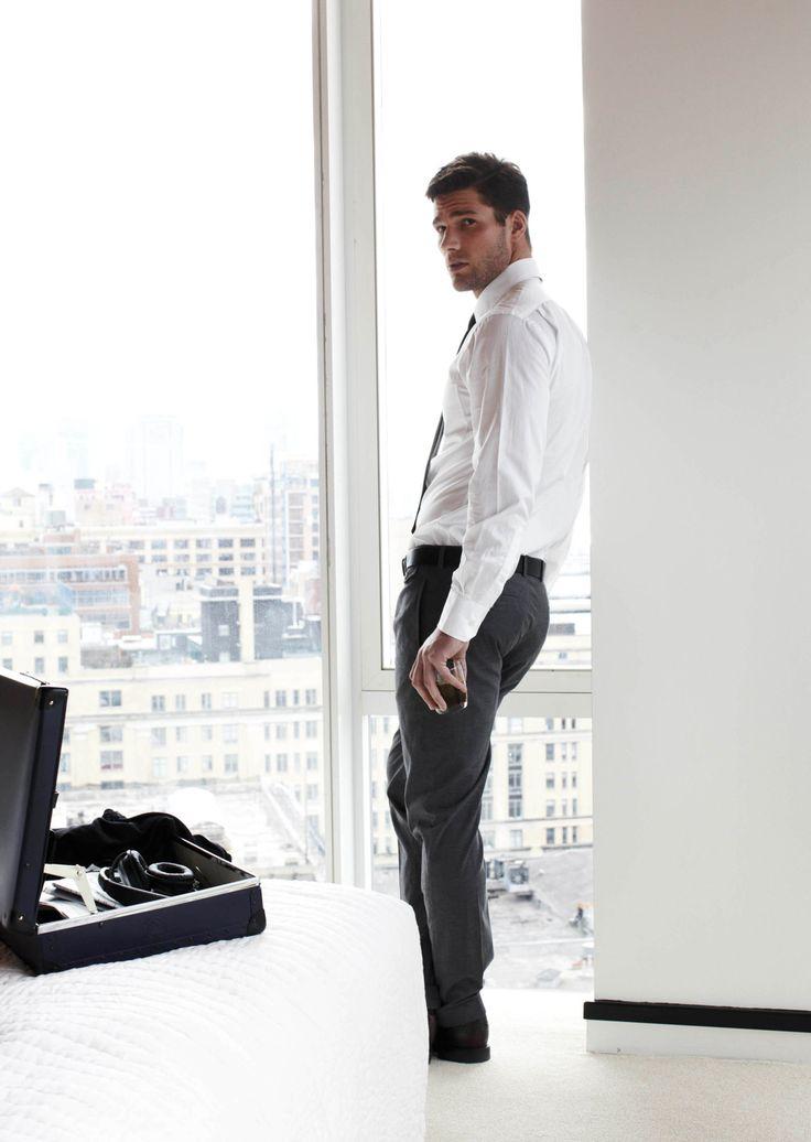 hombre con ropa de vestir en oficina