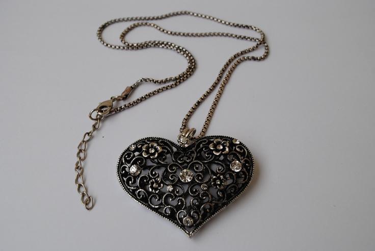 Antique looking heart 155 SEK.  http://www.jerikascorner.se/halsband-hjarta/5-0