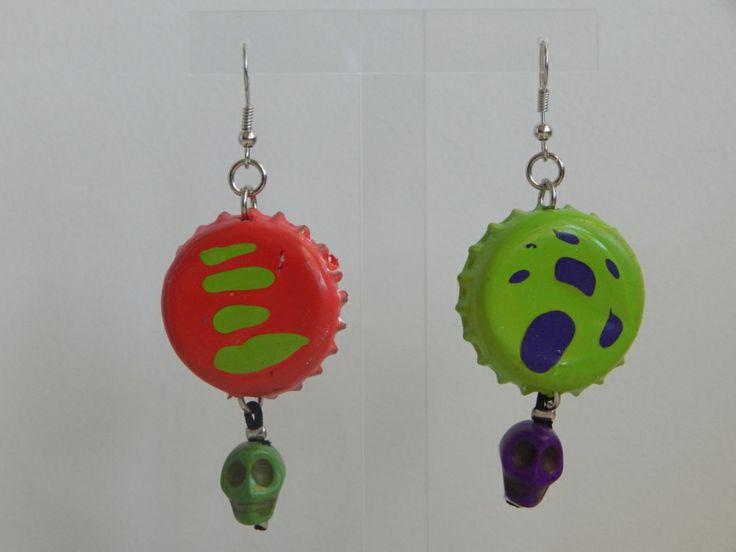 (85) Σκουλαρίκια από βαμμένα καπάκια και νεκροκεφαλές σε χρώματα κόκκινο, πράσινο, μπλε http://laxtaristessyntages.blogspot.gr/p/blog-page_2315.html